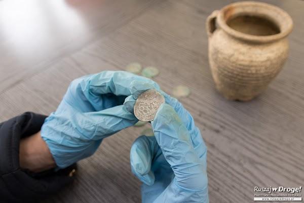 Oglądamy skarb w Wałbrzychu - prawie 1400 srebrnych monet ze średniowiecza