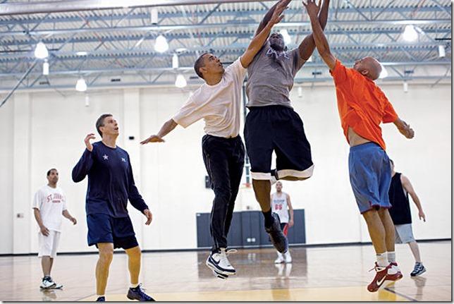 歐巴馬和幕僚打籃球,Arne Duncan為左側藍衣者