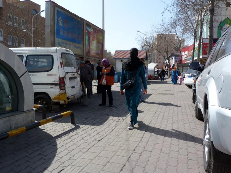 XINJIANG. Urumqi, Grand Bazar, 8 avril - P1270257.JPG