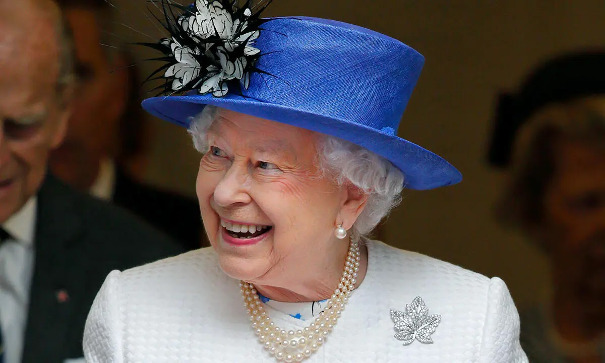 The Queen Stuns Royal Fans With Candid New Photograph