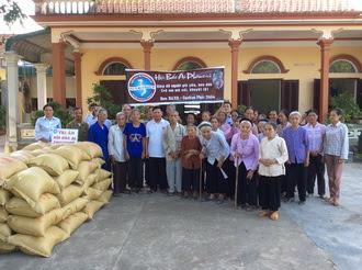 Ban BAXH – Caritas giáo phận tặng gạo cho người nghèo