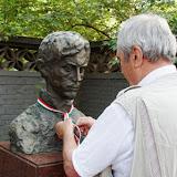 Dr. Tarjányi József  a PBT Örökös Tagja nemzeti színű szalagot köt a Petőfi szoborra