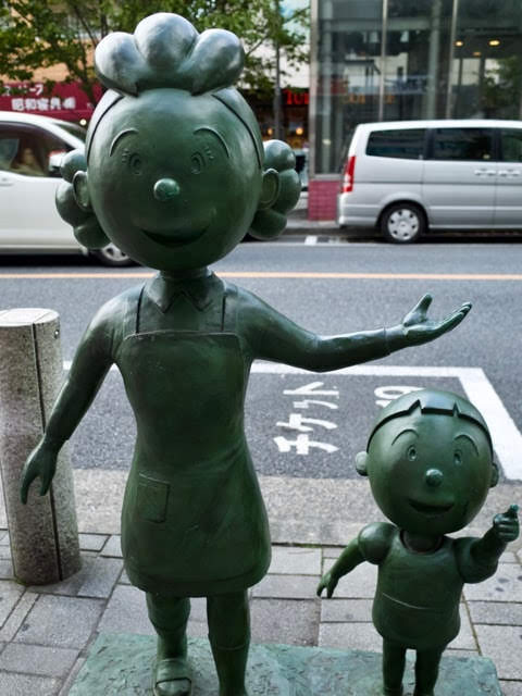 サザエさんとタラちゃんの銅像