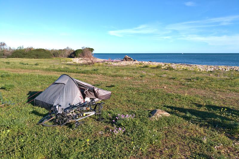 Locul nostru de cort, pe un tapsan inierbat pe malul marii si cu miros de flori proaspat inflorite.