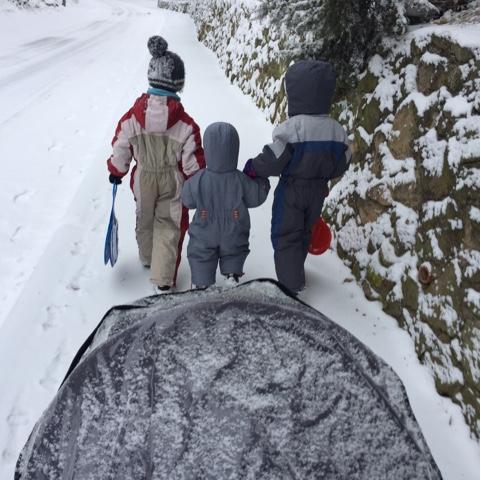 Spaziergang im Schnee mit Kindern