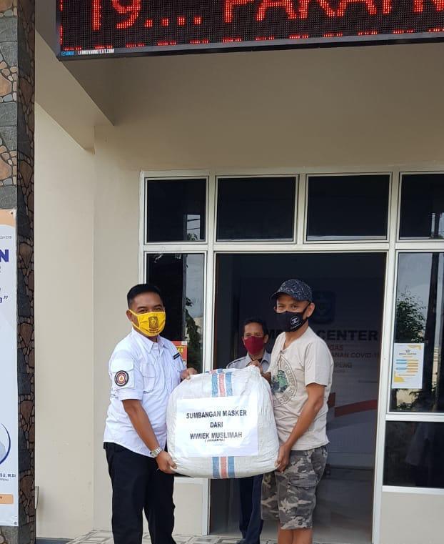 Wiwiek Muslimah Bagikan Masker Produksinya ke Tim Penanggulangan Covid19 Soppeng