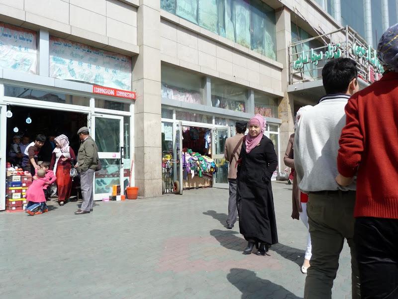 XINJIANG. Urumqi, Grand Bazar, 8 avril - P1270300.JPG