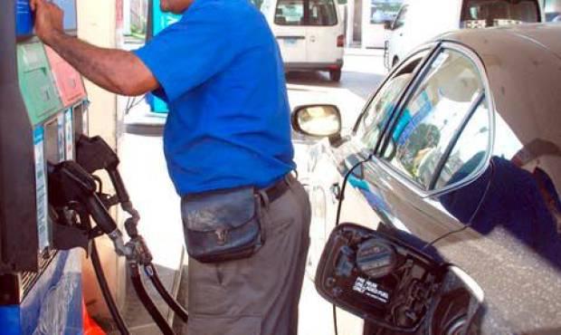 El Gobierno vuelve a congelar el precio de casi todos los combustibles