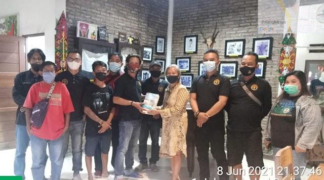 Ida Riwut Beri Buku Sejarah Berdirinya Provinsi Kalteng ke Tim HKT