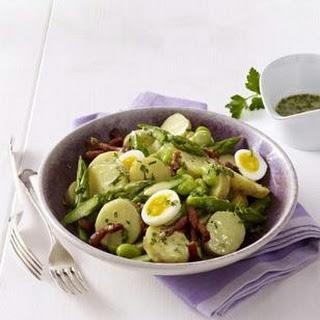 Sommerlicher Kartoffelsalat mit grünem Spargel, dicken Bohnen und krossem Speck