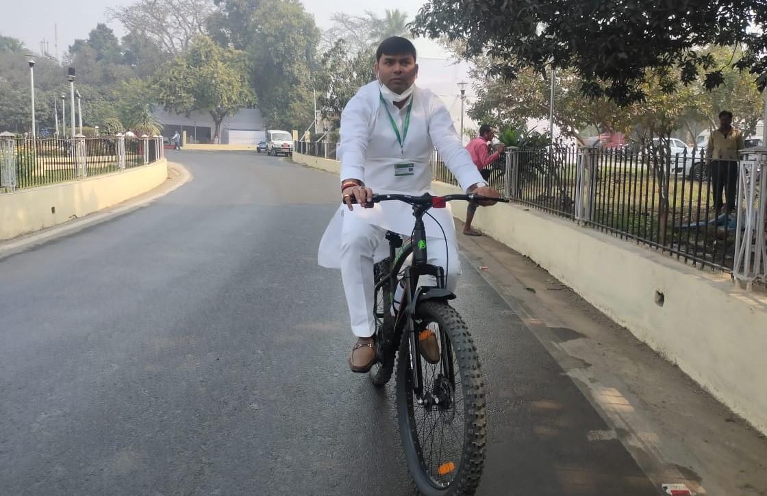 साइकिल से विधानसभा पहुंचे राजद विधायक, एमएसपी कानून को लेकर वामदलों का प्रदर्शन