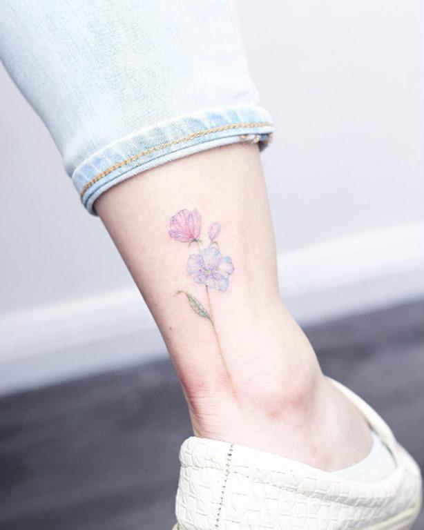 Estas delicadas flores no tornozelo