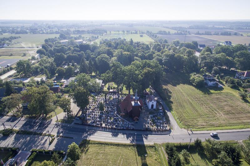 wynajem drona zdjęcia z lotu ptaka z drona mały kościół z cmentarzem w Żołędowie pod Bydgoszczą z lotu ptaka
