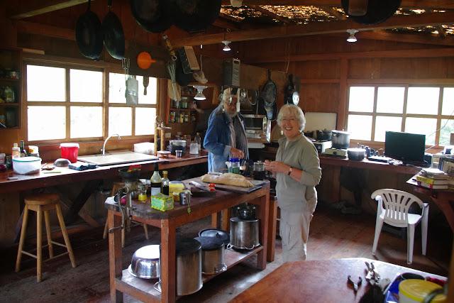 Los Cedros (1400 m) : la cuisine. Montagnes de Toisan, Cordillère de La Plata (Imbabura, Équateur), 21 novembre 2013. Photo : J.-M. Gayman