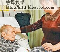 黃日華父親黃桂正身在醫院,病情頗為嚴重,黃日華繼母昨日聲淚俱下希望黃日華能前來探望老父,及作經濟上援助。