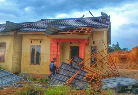 Angin puting beliung menerjang 27 rumah di Kelurahan Cempaka RT.01 RW.01 Kecamatan Cempaka Kota Banjarbaru, Rabu (25/10/2017). Salah satu yang ikut rusak akibat terjangan angin ini adalah destinasi wisata rumah jomblo di Gunung Kupang.