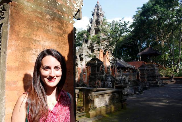Lena delante de un templo en el Monkey Forest