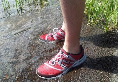Đổ nước vào giày