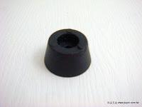 裝潢五金品名:腳粒規格:19*10MM顏色:黑色功能:可裝在椅子上防止移動時刮傷木地板玖品五金