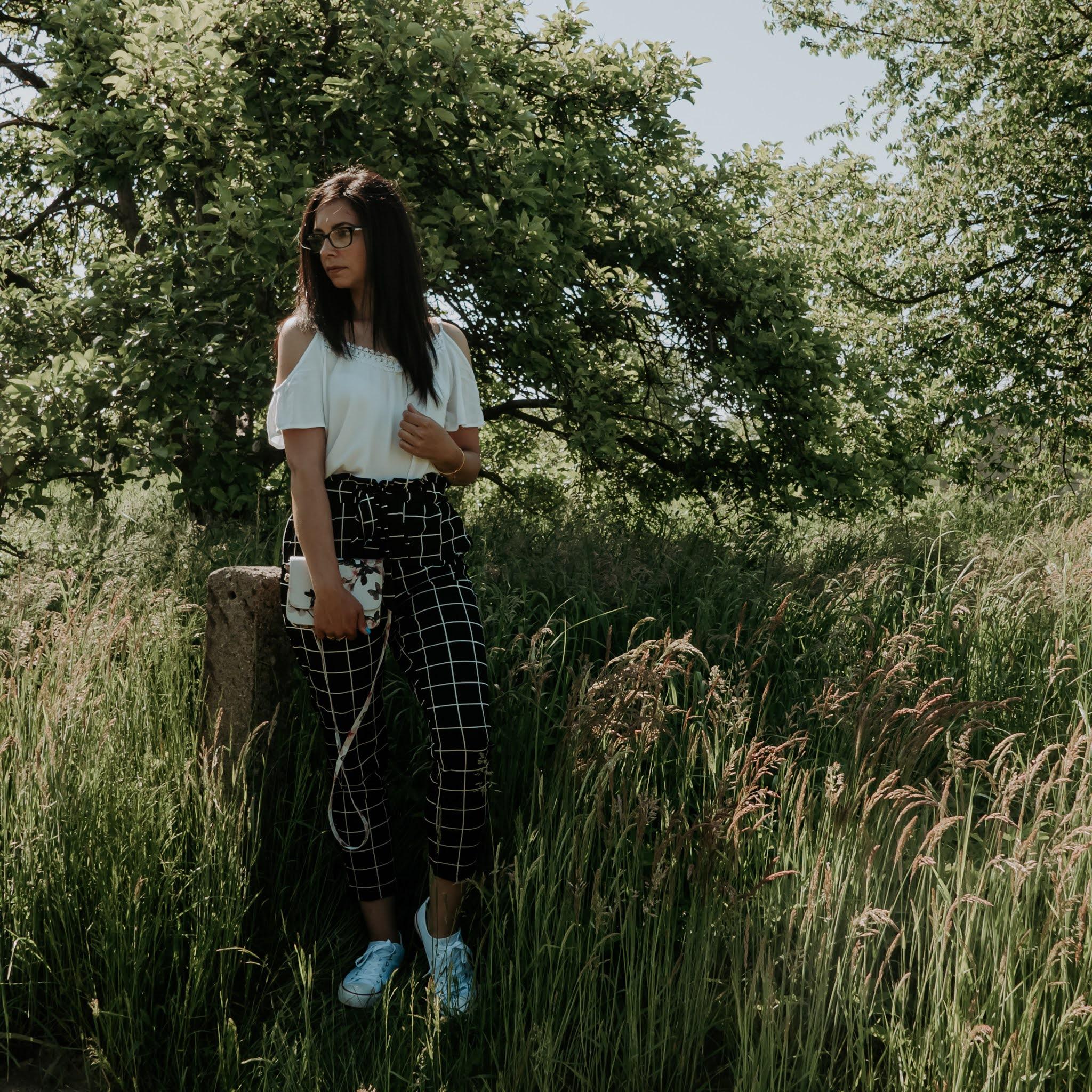 casualowy look ze spodniami w kratę