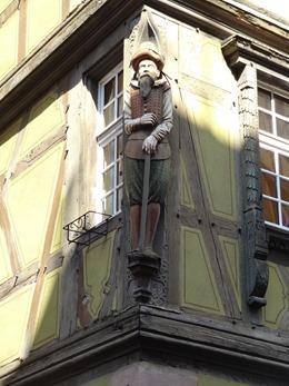 2017.08.23-038 sculpture de marchand à l'angle de la maison ancienne
