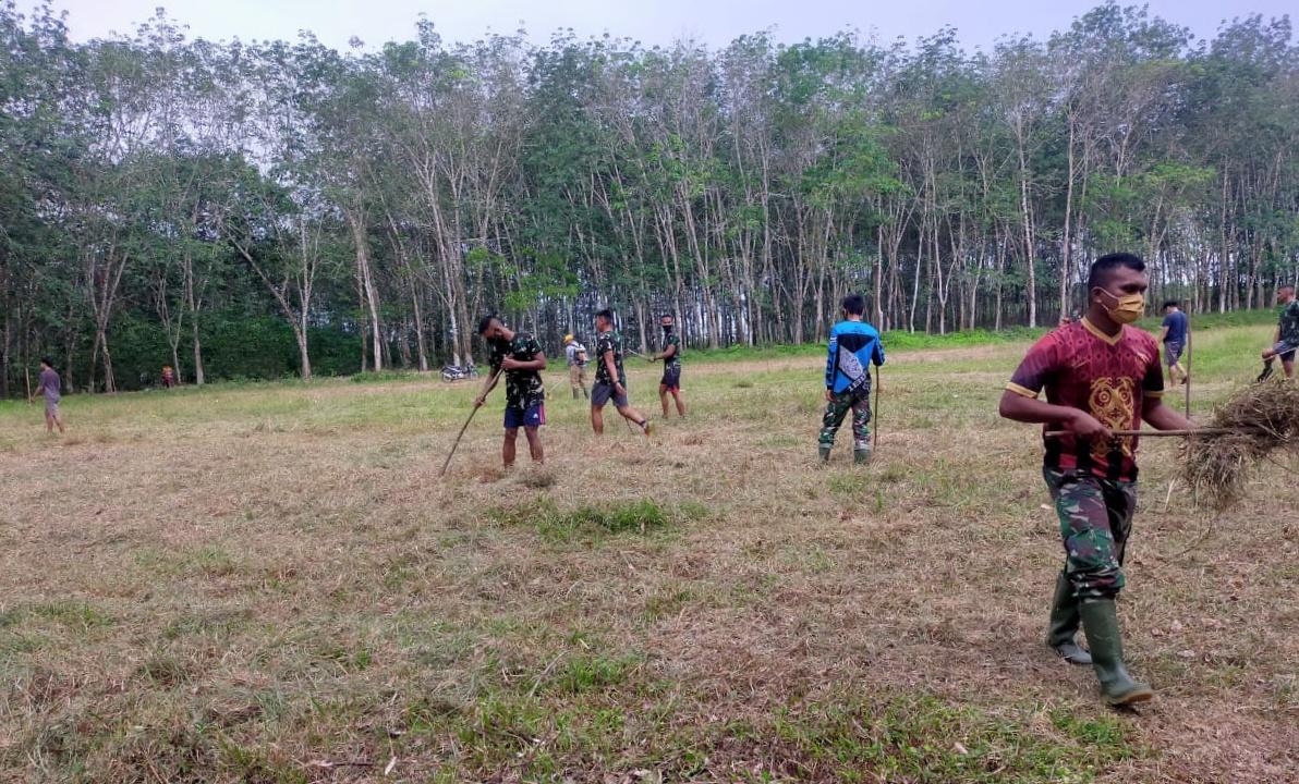 Satgas TMMD Ke 110 Bersama Warga Gotong Royong Bersihkan Lapangan Sepak Bola