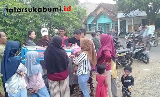 Antrian pembeli Es Dawet Legendaris Mang Dadang yanga ada sejak tahun 90'an di wilayah Ciemas Sukabumi // Foto : Rudi Imelda