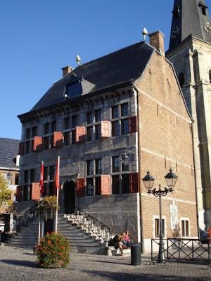 1685-1686: Bouw van het stadhuis van Bilzen. Links en rechts waren er vroeger aanleunende woningen.