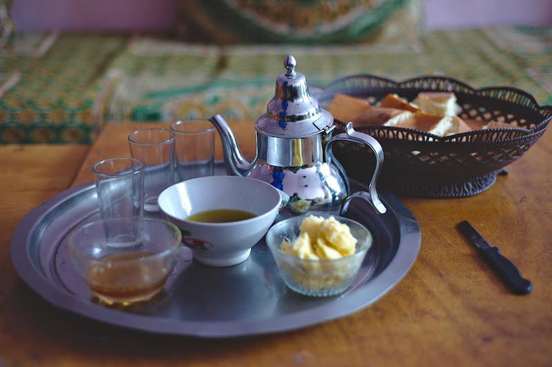 Micul dejun, la plecare, de data aceasta in varianta cu unt cu sare, ulei de masline, miere paine si ceai.