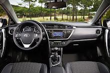 2013-Toyota-Auris-22