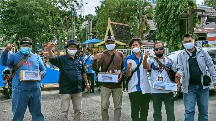 Puluhan jurnalis di Bumi Saijaan turun ke jalan, Selasa (19/1) pagi tadi. Mereka melakukan aksi penggalangan dana untuk korban banjir yang melanda beberapa wilayah di Kalsel