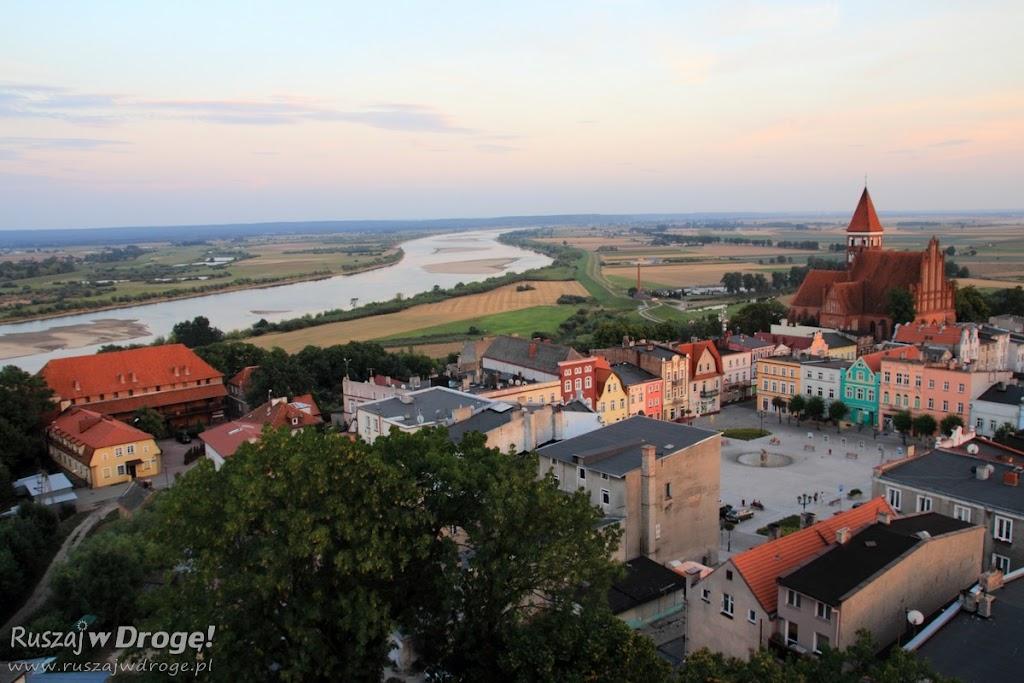 Rynek, zamek i Wisła: Widok z dzwonnicy Fary pw. Św. Mateusza w Nowem