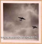 B-17 bommenwerpers van de USAAF boven Rotterdam, voedseldroppingen, operatie manna, mei 1945.