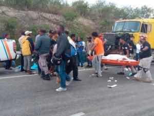Muere mujer tras ser atropellada por motocicleta y camión