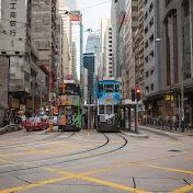 Легендарные местные трамваи: шесть маршрутов, но все идут по одной линии. Левый сейчас сделает круг и поедет обратно, а правый - дальше на запад.