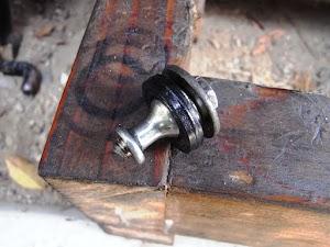 折れたカブのヘッドカバーのボルト