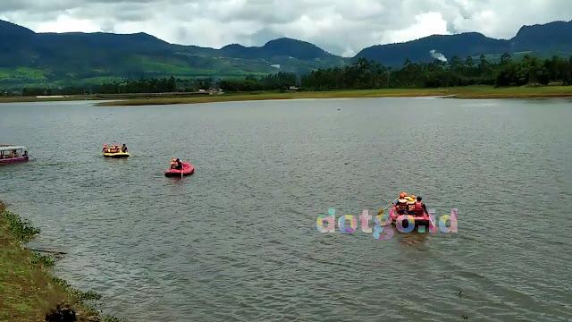 Rafting cileunca ajung jeram di sungai palayangan dengan jeram dan arus air kuat yang menantang