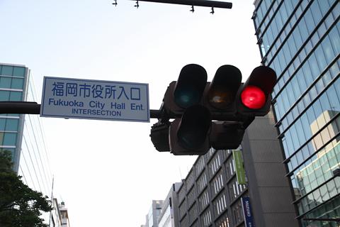 西日本鉄道「福岡オープントップバス」 赤塗装 車窓 信号機が近い
