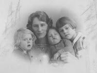 Kooij, Aartje, Maartje, Geertruida en Piet 1935.jpg
