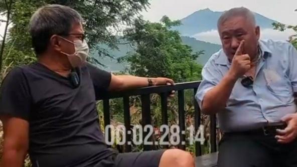 Lieus Sungkharisma Kasih Kejutan ke Rocky Gerung Berupa Dokumen Ahli Waris Pemilik Tanah Sentul