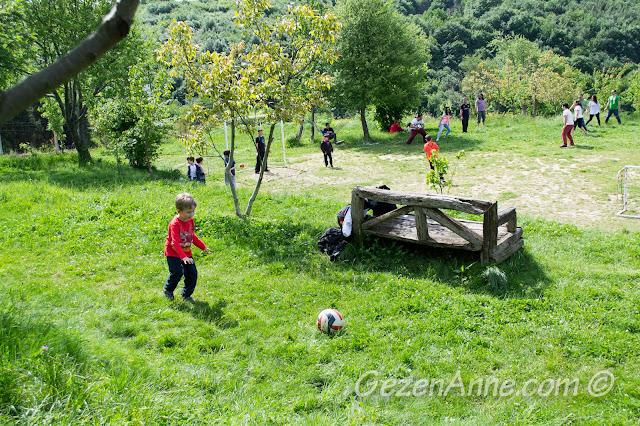 oğlum çimenlerde top oynarken, Stella Polonezköy