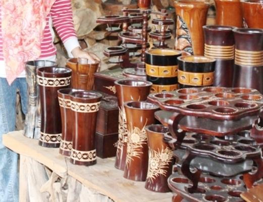 berita foto video sinar ngawi terkini: Ukiran dari limbah kayu jati di Ngawi diminati pemudik