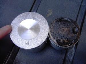 97ccボアアップシリンダー(左)とカブ50(右)のピストン