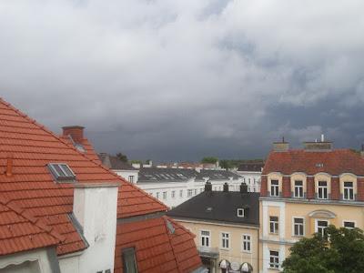 Gewittertätigkeit im Süden von Wien  Südlich von Wien ist es nun pechschwarz geworden, einige Donner waren auch zu hören. Temperatur ist mittlerweile auf 11.7°C gesunken. Noch ist der große Regen ausgeblieben, bisher nur 0.3 l/ qm Niederschlag. #Wetter #Wien #Favoriten #Wetterwerte #Gewitter #Regen