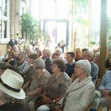 zijn toehoorders luisteren met aandacht in de Vredesambassade