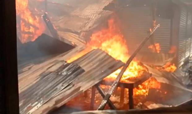 Pérdidas millonarias tras incendio que destruyó más de 15 locales en mercado de Dajabón