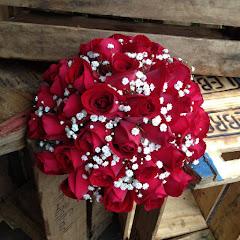 Album (digital) de fotos de BUQUE VERMELHO. Fotografias digitais da Carla Flores, que faz decoração floral em eventos sociais e corporativos usando as mais lindas flores. Faz bouquet (buquê) de noiva, decoração de casamento, decoração de festas, decoração de 15 anos, arranjos de mesa, decoração de salão de festa, locação de mobiliário, decoração de igreja, arranjos de casamento e decoração dos mais lindos eventos. Atua em Niterói, Rio de Janeiro (RJ).