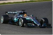 Lewis Hamilton con la Mercedes nei test di Barcellona 2017