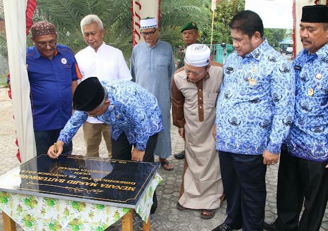 Wali Kota Bekasi Tanda Tangani Prasasti Pendirian Menara di Masjid Baiturahman RW 12 Bekasi Jaya