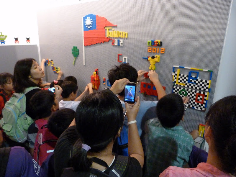 Taipei. Songshan Cultural and Creative Park. Nathan Sawaya. LEGO - P1230057.JPG